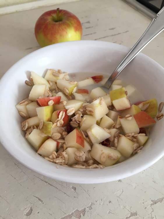 Fiocchi d'avena, mela, uvetta, semi di girasole e latte d'avena.tta,