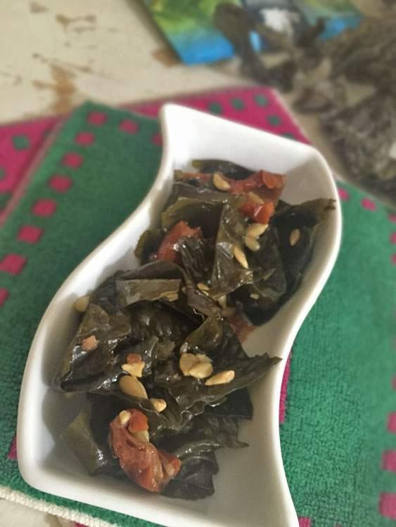 Alga Kombu Royal cotta in pentola con pomodorini secchi e semi di girasole