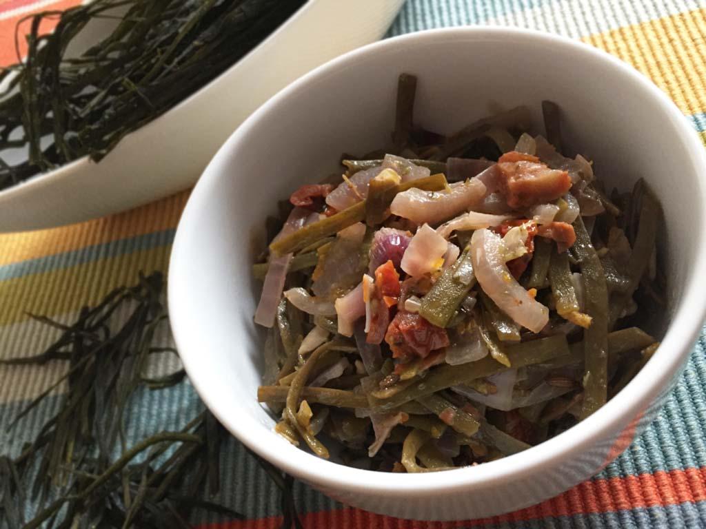 Alga Spaghetti di Mare stufata con pomodorini secchi e cipolle rosse