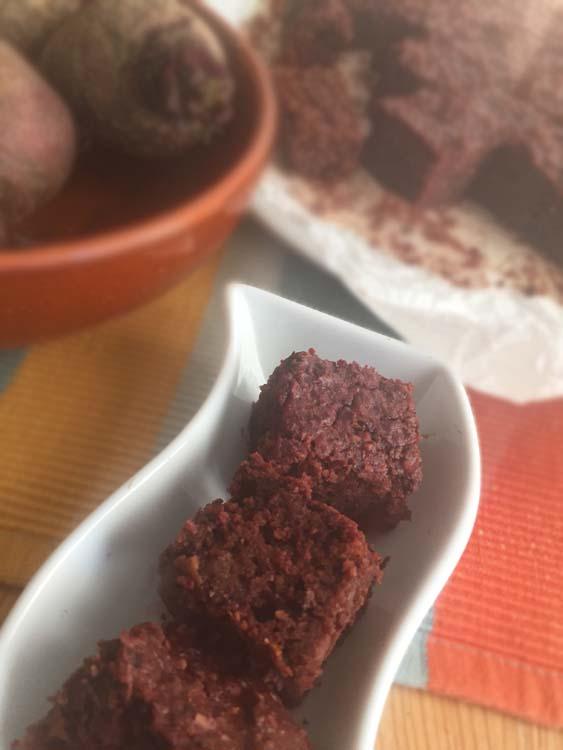 Torta vegana di rapa rossa, cioccolato, datteri